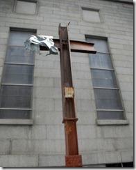 Cruz hecha con dos vigas de las torres