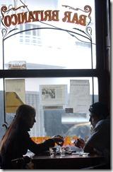 Télam Buenos Aires, 05/06/06 Vecinos y clientes del Bar Británico se reunirán esta tarde noche para analizar los mecanismos para evitar un nuevo intento de desalojo del tradicional café del barrio porteño de San Telmo, previsto para el martes próximo. Foto: Maria Candelaria Lagos/Télam/cf